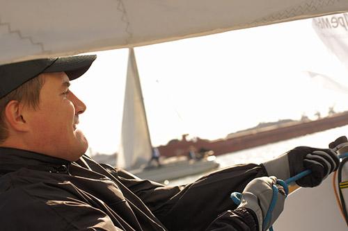 Максим Денежных тянет шкот на яхте